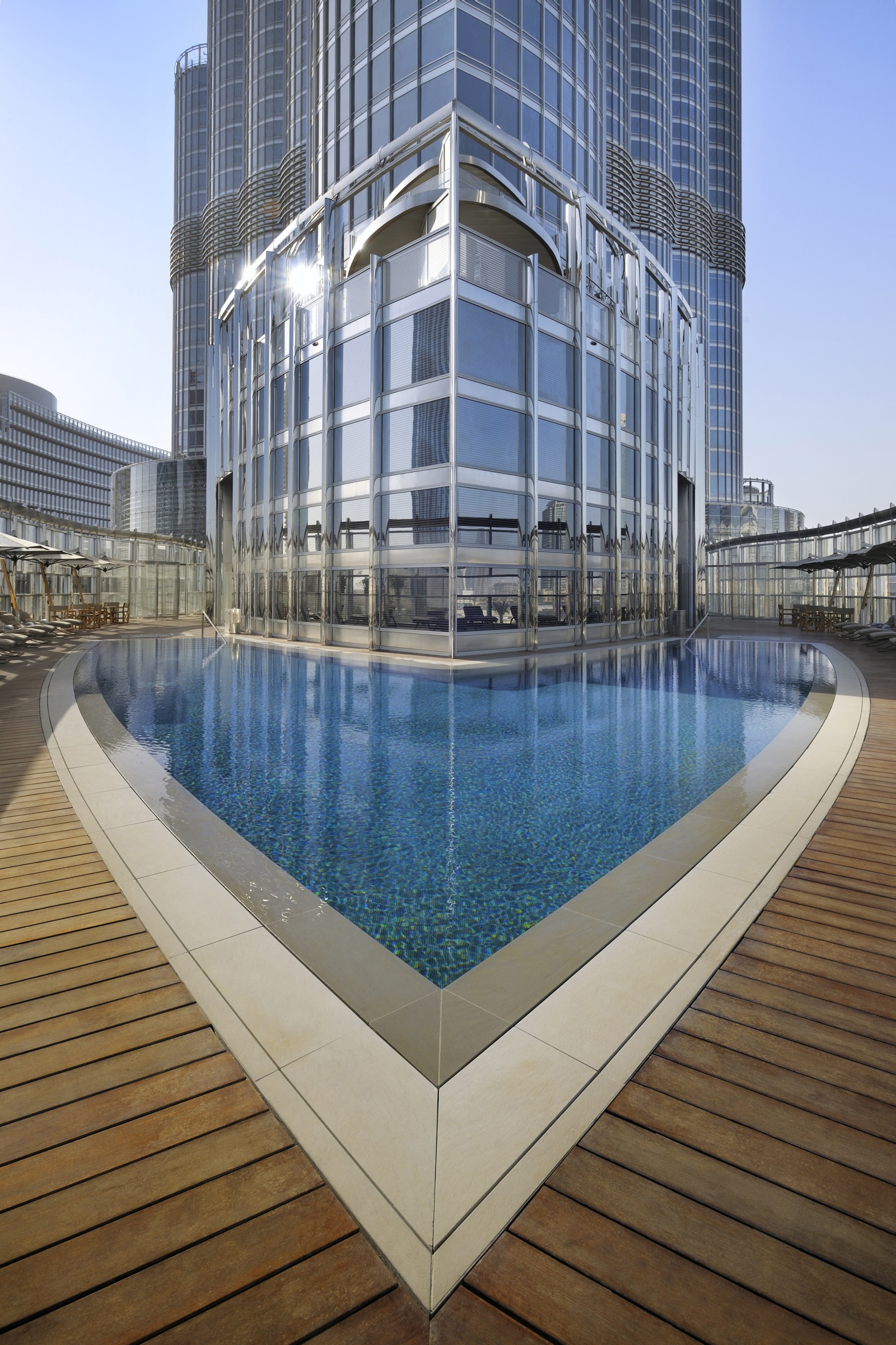 The 50 most amazing hotel pools in the world for Burj khalifa swimming pool 76th floor