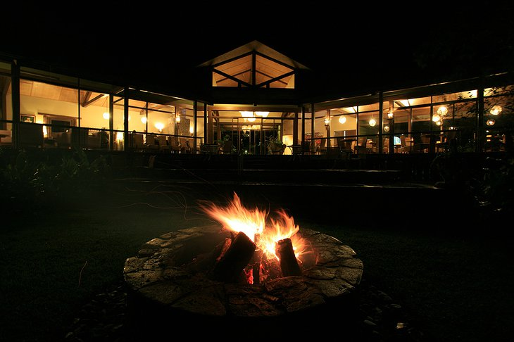 El Silencio Lodge at night