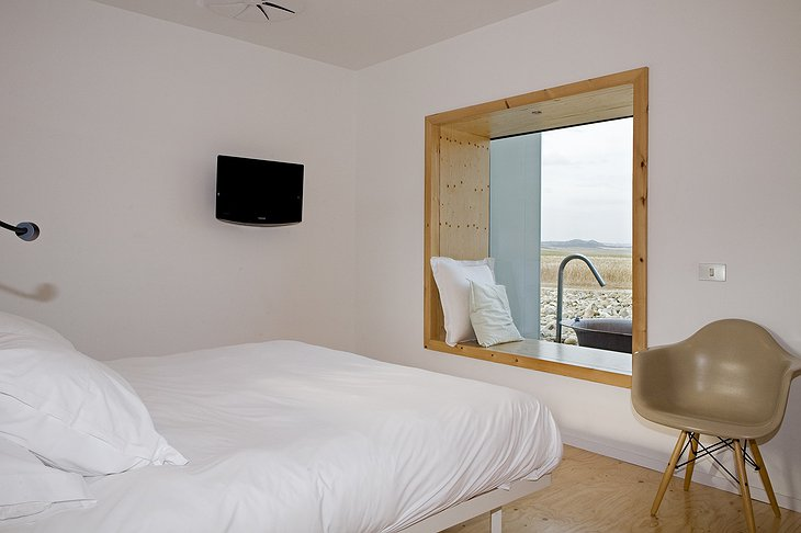 Hotel Aire de Bardenas room with large window