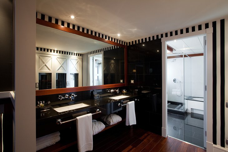 Hotel 1898 bathroom