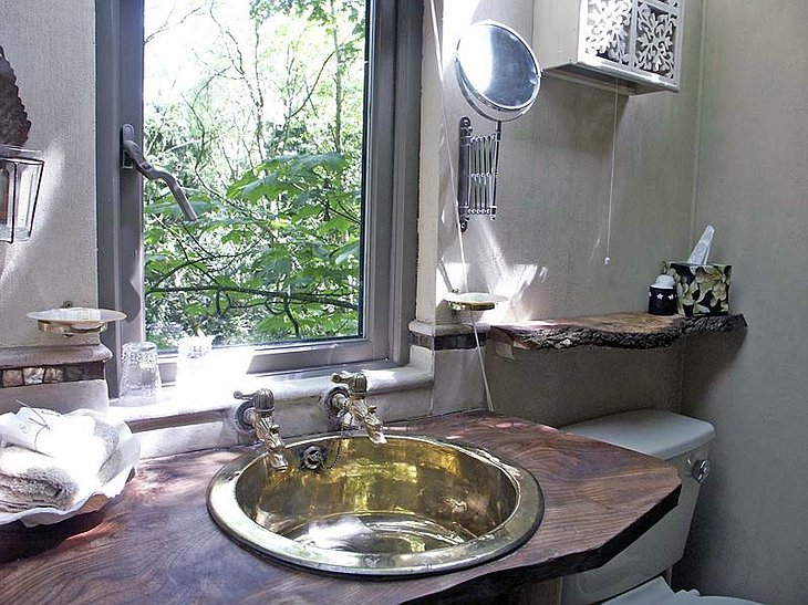 Castle Cottage Treehouse bathroom
