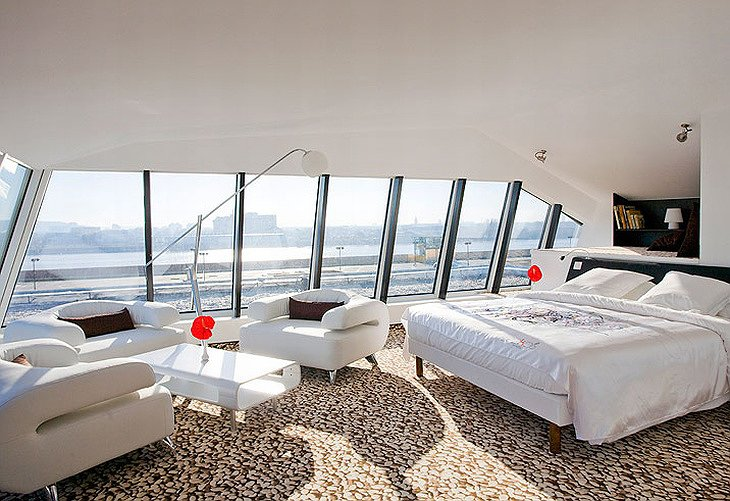 Seekoo Hotel suite with view on the city