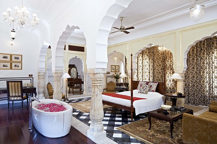 Samode Palace suite with bathtub in the room