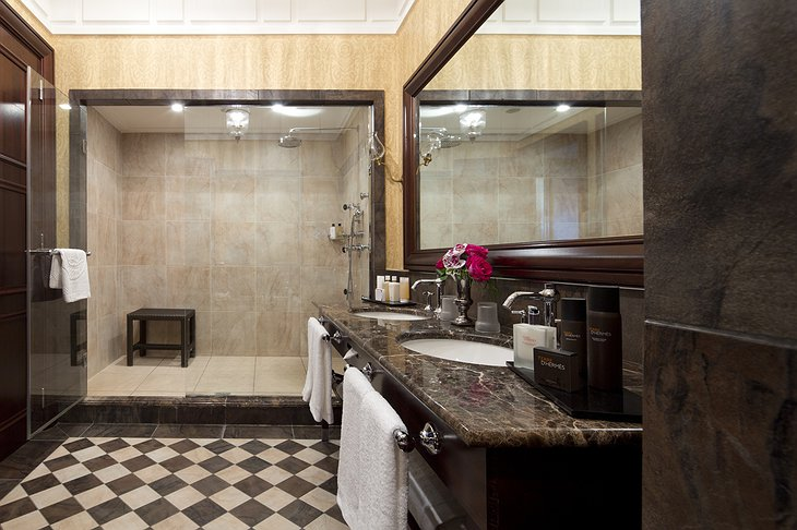 Hotel Metropole bathroom