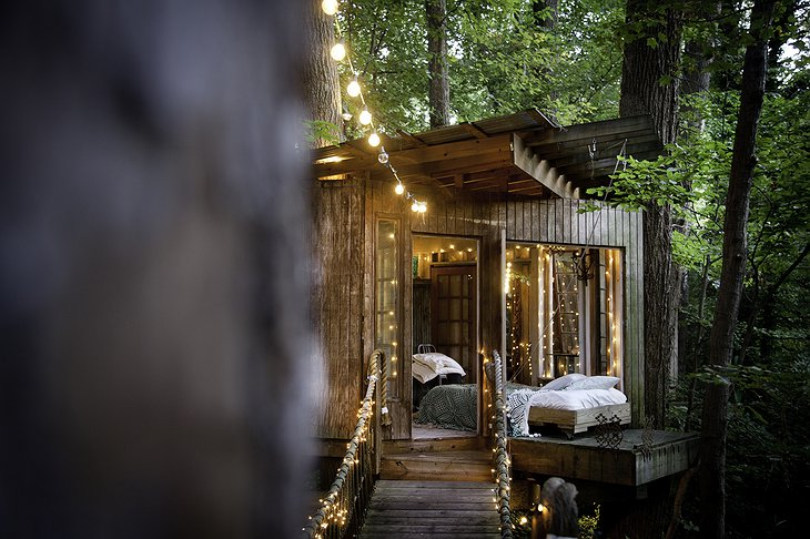 Secluded Intown Treehouse bedroom in the open