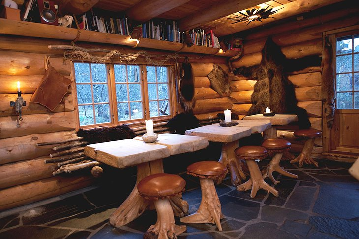 Engholm Husky Lodge dining tables