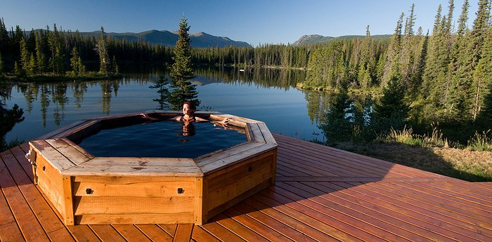 The Chilko Experience Wilderness Resort - Grizzly Viewing From A Hot Tub