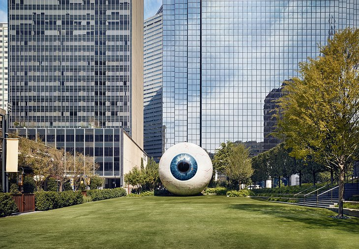 Eye sculpture by Chicago sculptor Tony Tasset