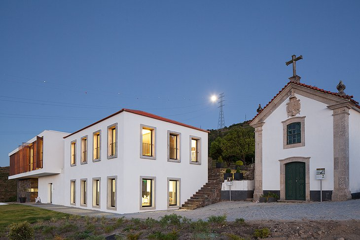 Quinta De Casaldronho and a church
