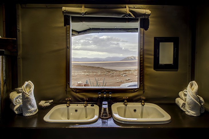Wolwedans Dunes Lodge bathroom with view on the wilderness