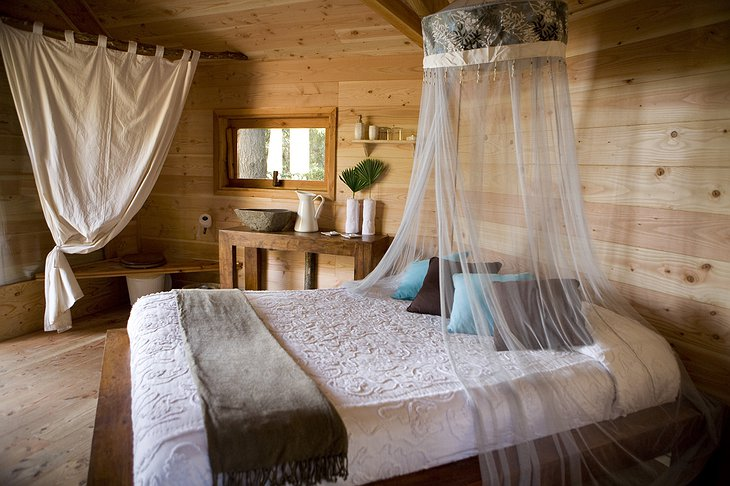 Cabanes Als Arbres tree house white room