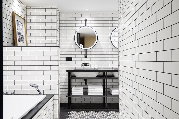 Puro Gdansk Hotel White Tiles Bathroom