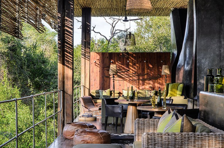 Singita Sweni Lodge lounge and dining place with open view on the nature