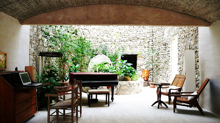 Son Gener common area with piano