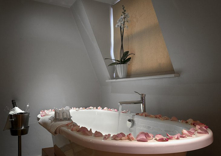 Free standing bath with rose petals
