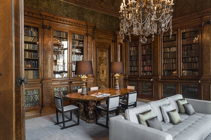 Aman Venice Grand Canal Hotel library