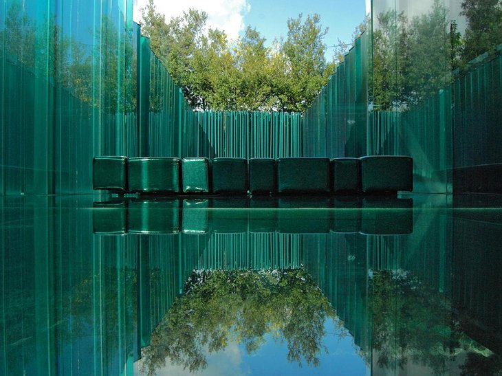 Les Cols Pavellons Minimalist Glass Room Design