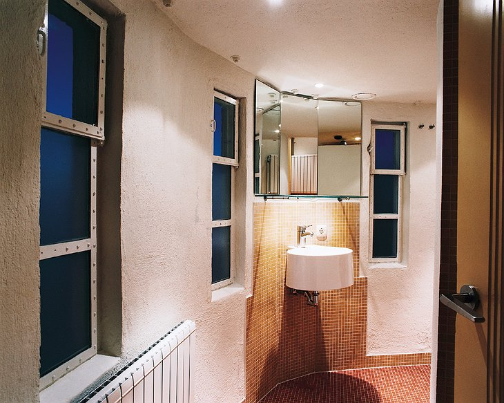 Lighthouse hotel bathroom