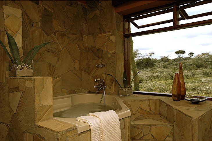Hatari Lodge bath with view on the nature