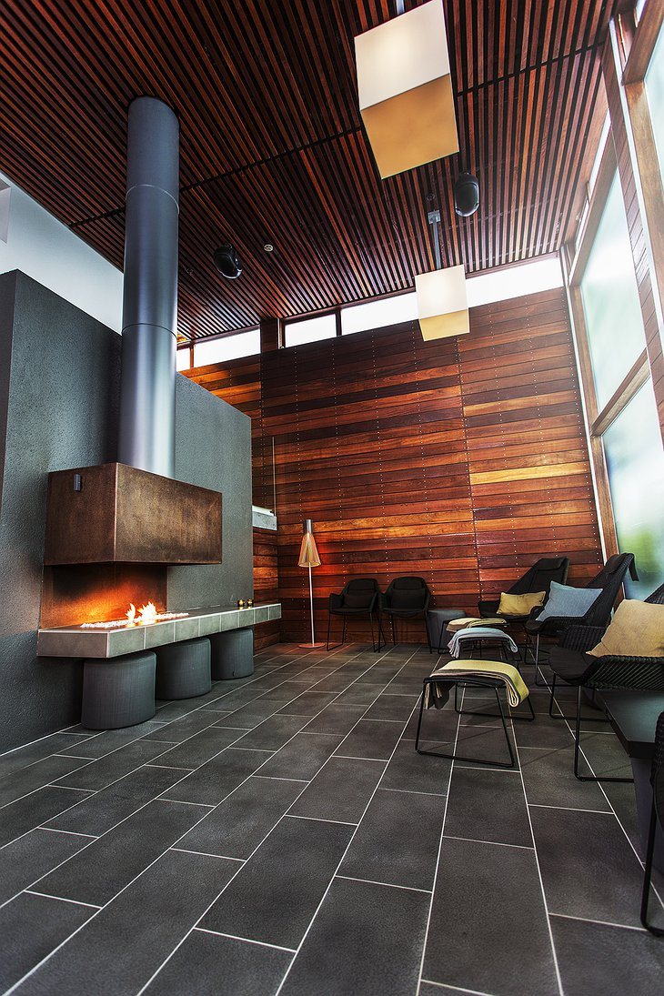 Silica Hotel betri sofan lounge with fireplace