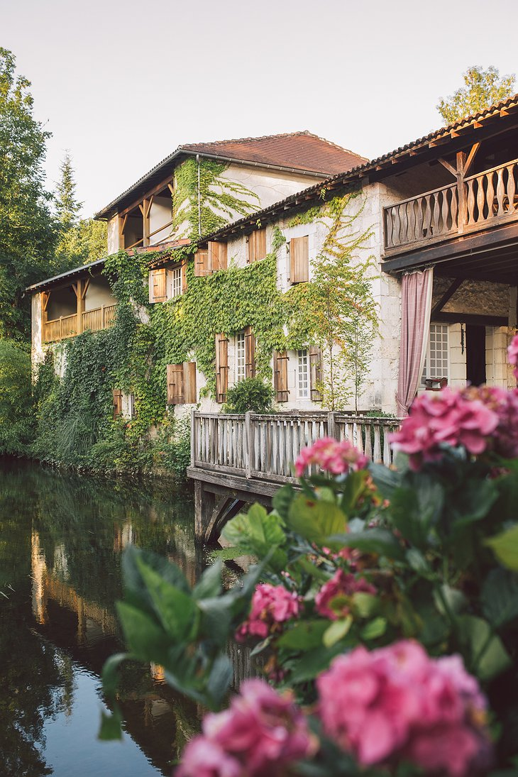Hotel Le Moulin du Roc on the river Dronne