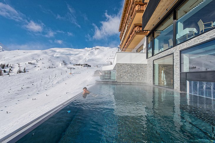 Hotel Schöne Aussicht heated outdoor pools with view on the ski slopes