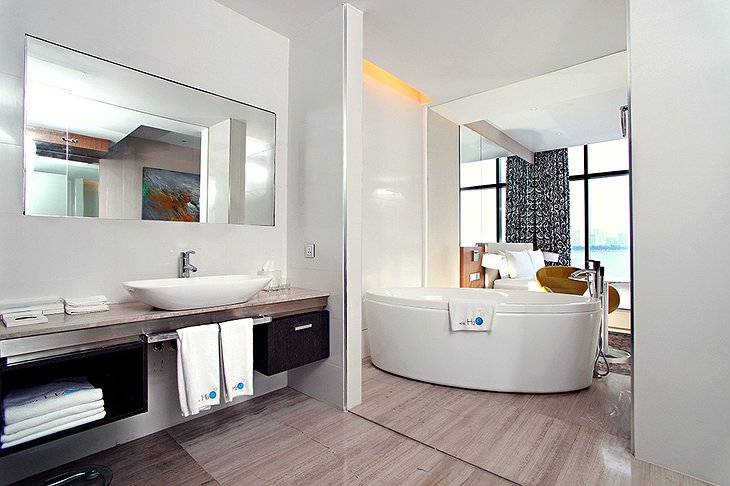 Deluxe Suite bath tub