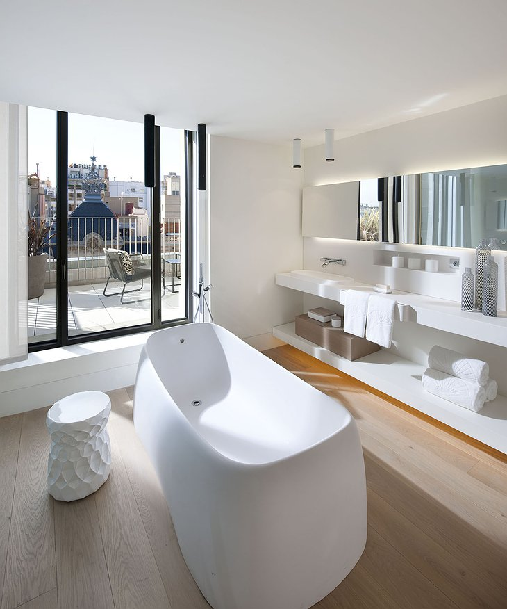 Mandarin Hotel Barcelona bathroom with balcony and view on the city