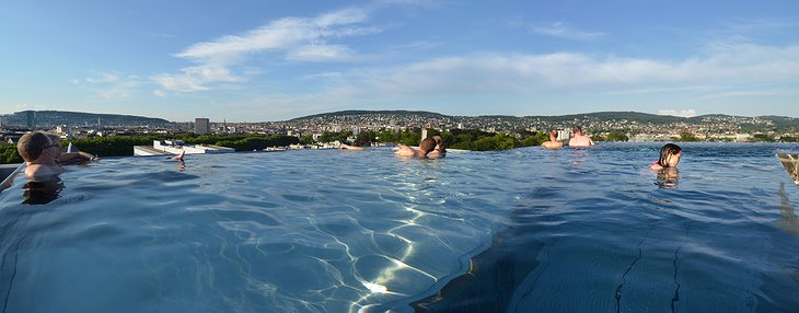 B2 Boutique Hotel rooftop pool Zürich panorama