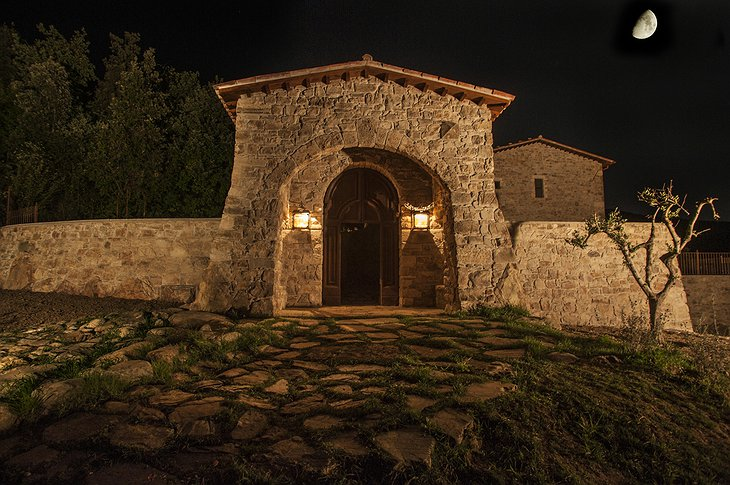 Eremito gate at night