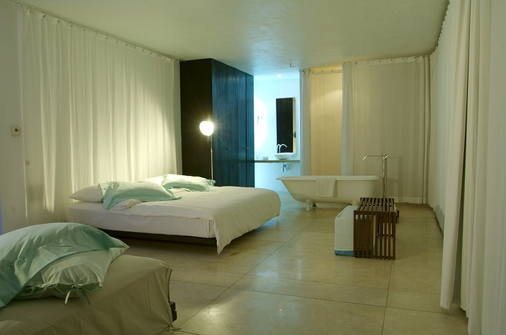 Deseo hotel room