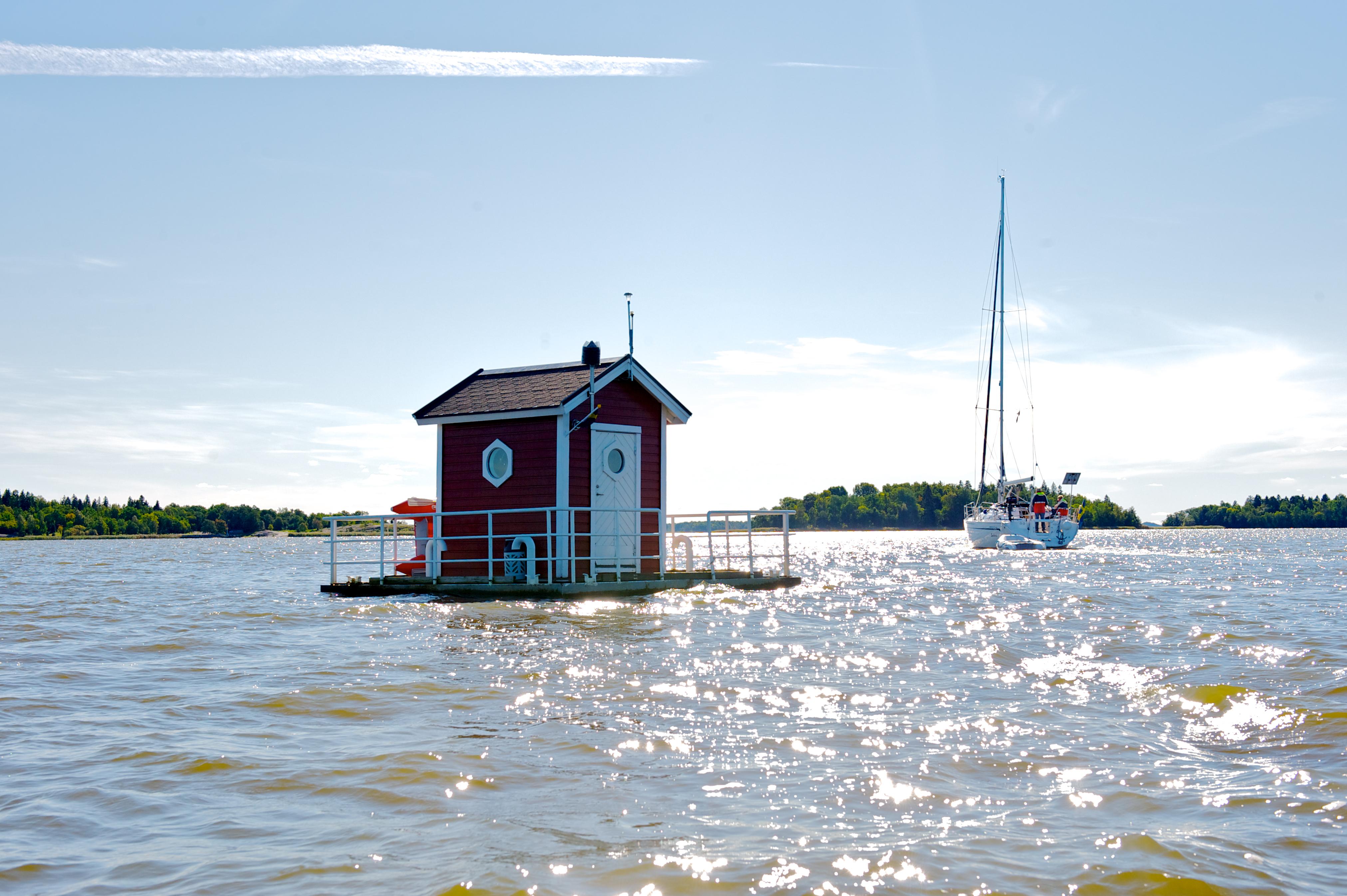Utter Inn - Floating house on the lake