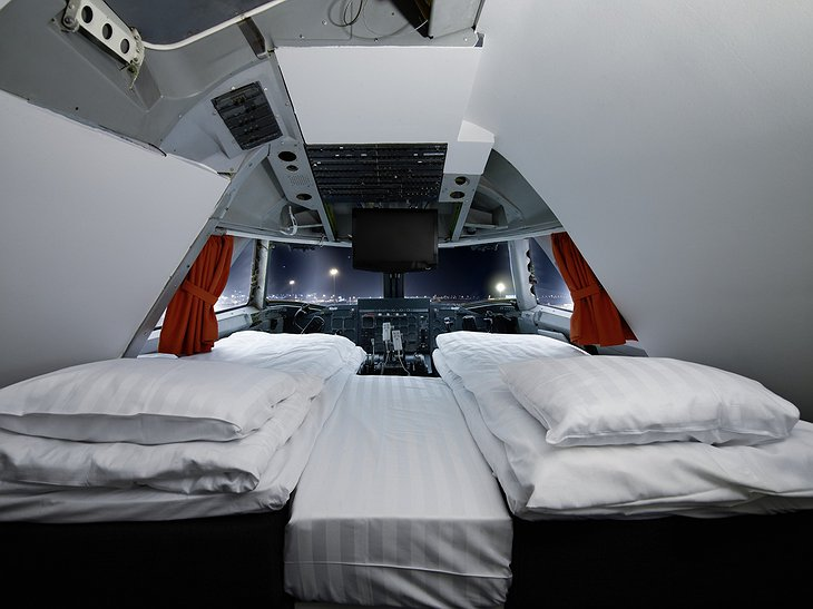 Sleep in the pilot cabin of a Boeing 747
