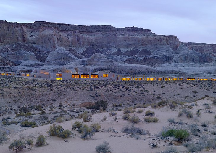 Amangiri Villas in the desert in front of the rock walls