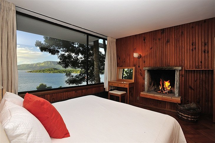 Hotel Antumalal room with fireplace and view to the lake