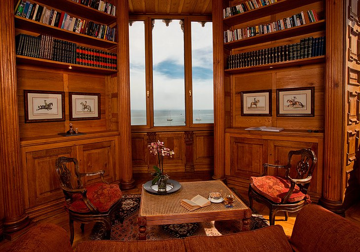 Albatroz Seafront Hotel library