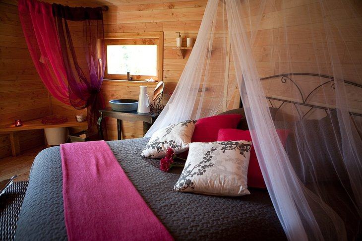 Cabanes Als Arbres tree house bed