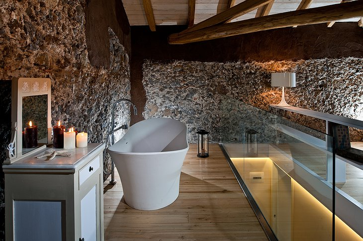 Monaci delle Terre Nere bathtub in the room