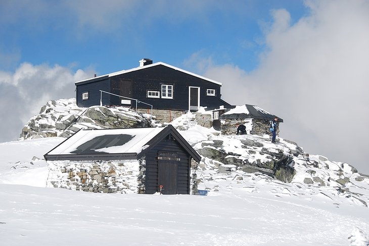 Fannaråkhytta lodge covered by snow