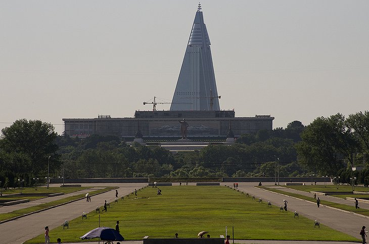 Statue of Kim Il Sung in front of the Ryugyong Hotel