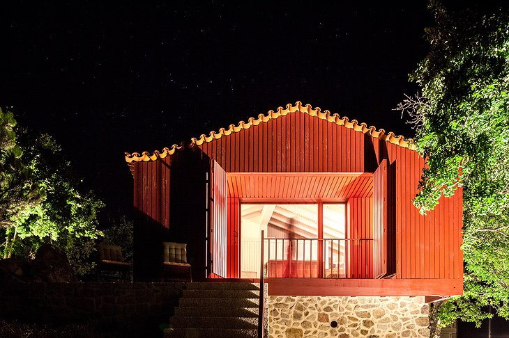 Traços d'Outrora wooden hut at night