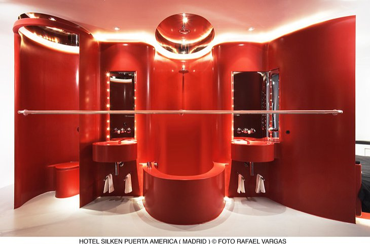 Hotel Silken Puerta América Madrid red bathroom