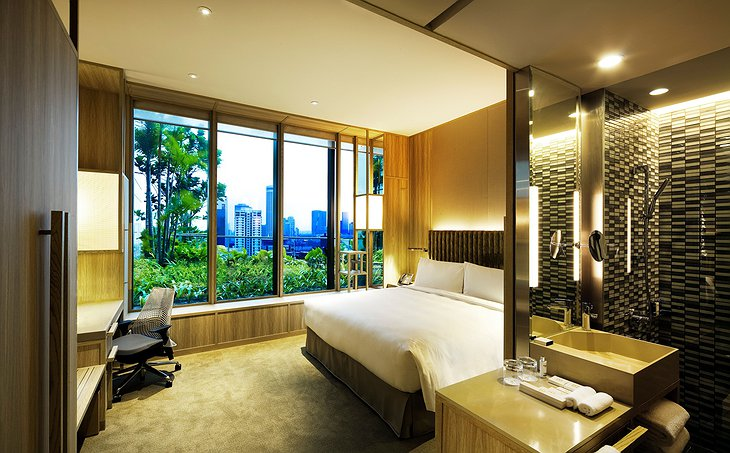 Parkroyal on Pickering room with sky garden and city views
