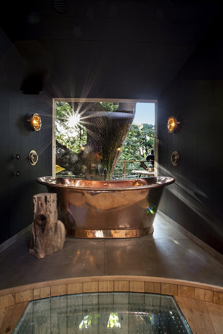The Woodman's Treehouse copper bathtub with view on the forest