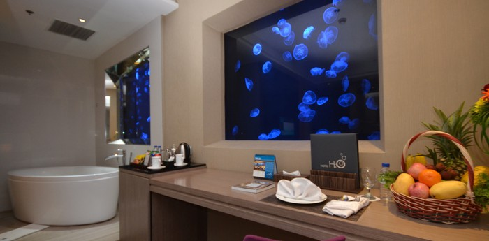 Hotel H2O - Floating hotel with jellies and fish in your room