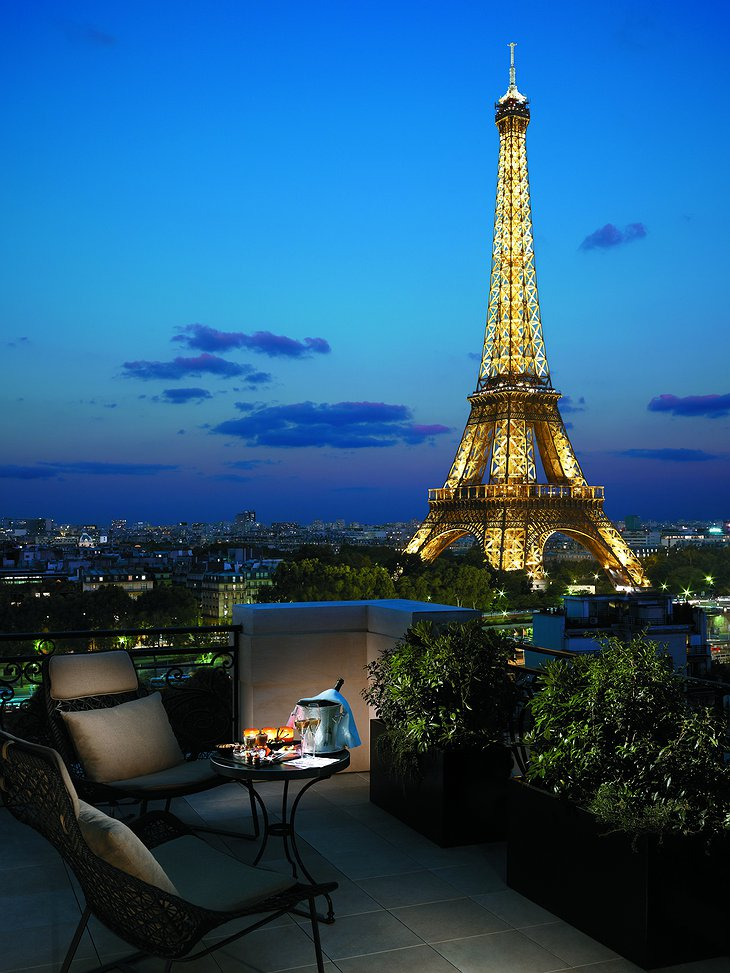 Romantic dinner with views on Eiffel Tower