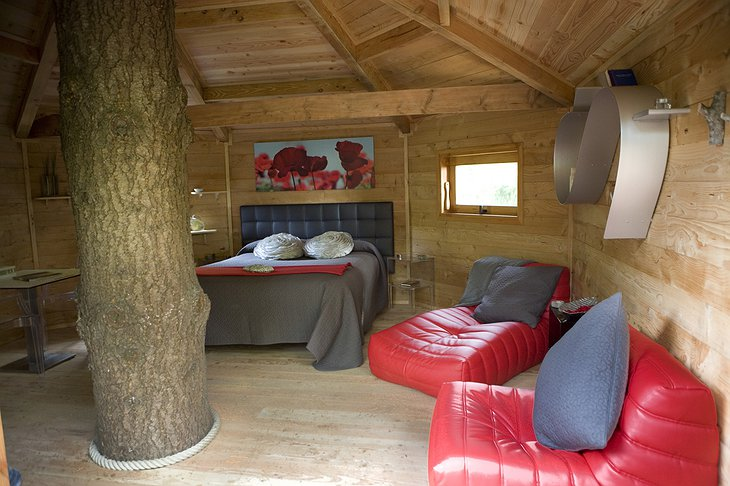 Cabanes Als Arbres tree house red room