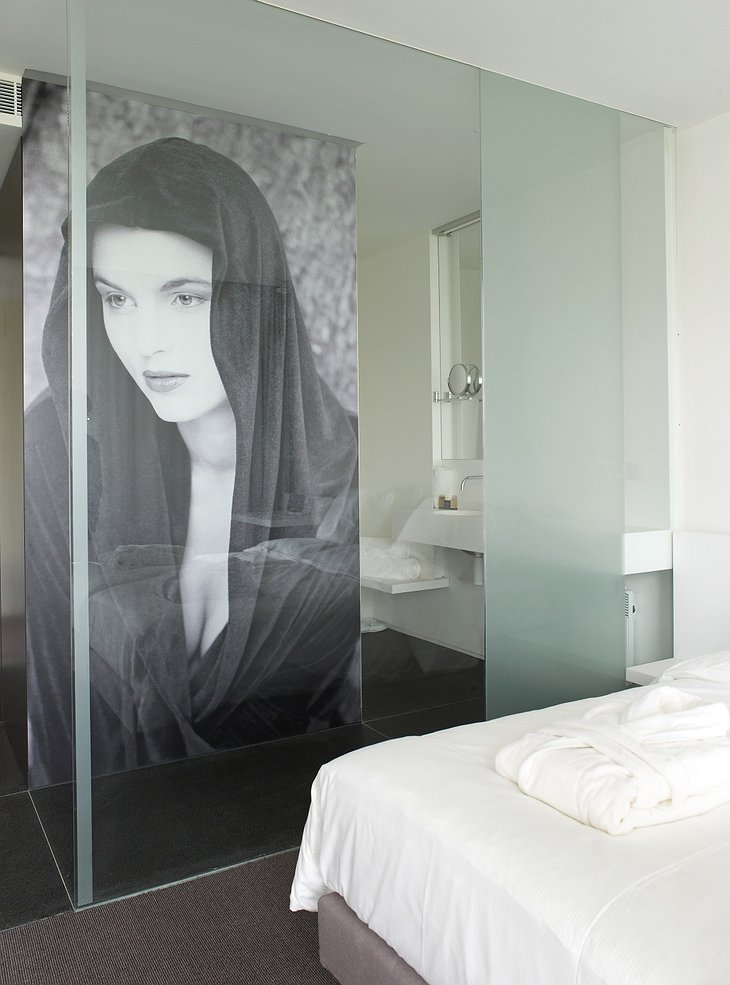 D-Hotel room with large photo of a woman